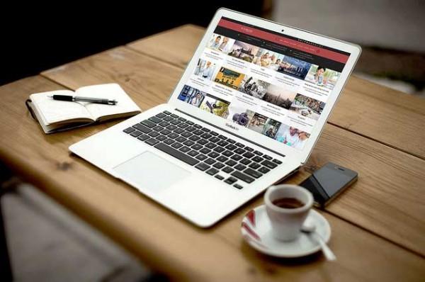 laptop si cafea